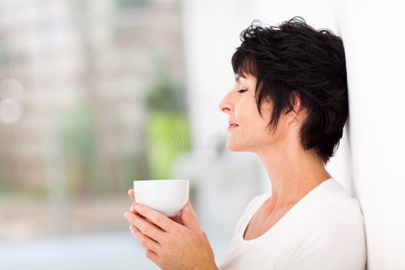 Kvinna som tycker om kaffe arkivfoto