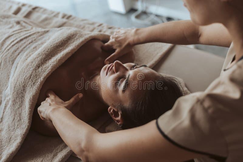 Kvinna som tycker om massage i SPA royaltyfri fotografi