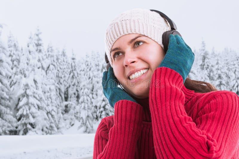 Kvinna som tycker om musik i hörlurar royaltyfri foto