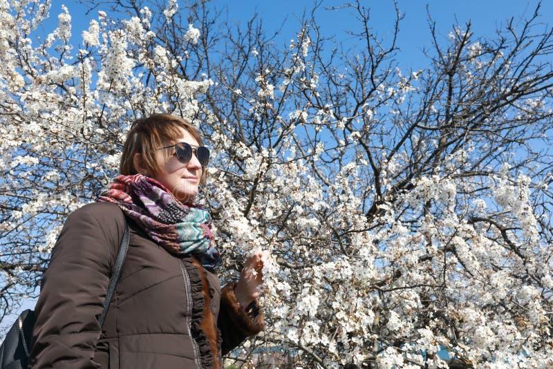 Kvinna som tycker om naturen i vår royaltyfria bilder