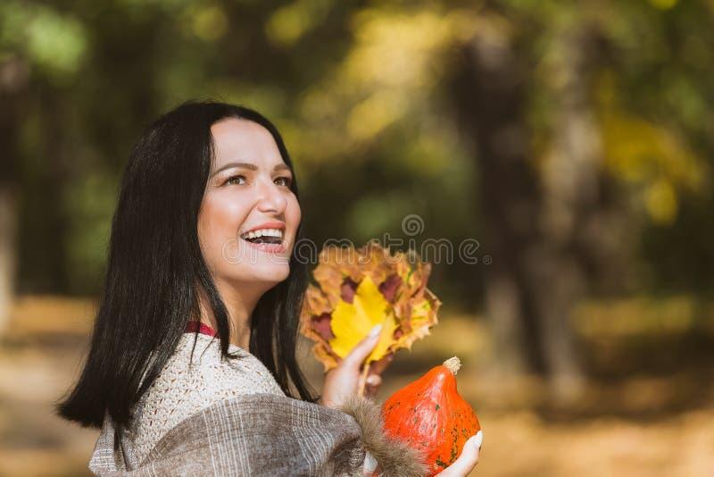 Kvinna som tycker om nedgångsäsongen arkivbild