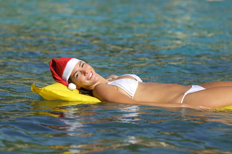 Kvinna som tycker om på stranden på jul royaltyfria bilder