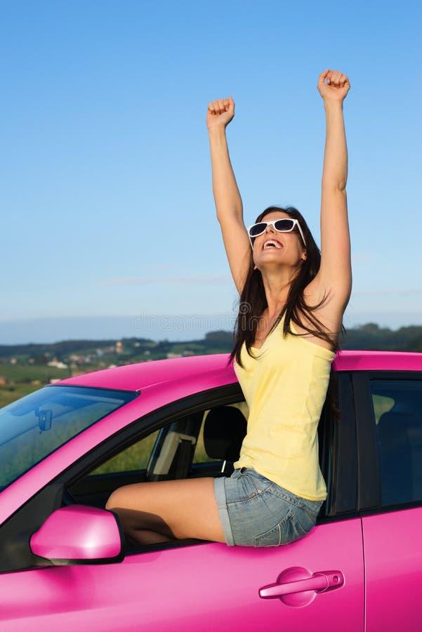 Kvinna som tycker om semestervägtur med hennes nya bil royaltyfri bild
