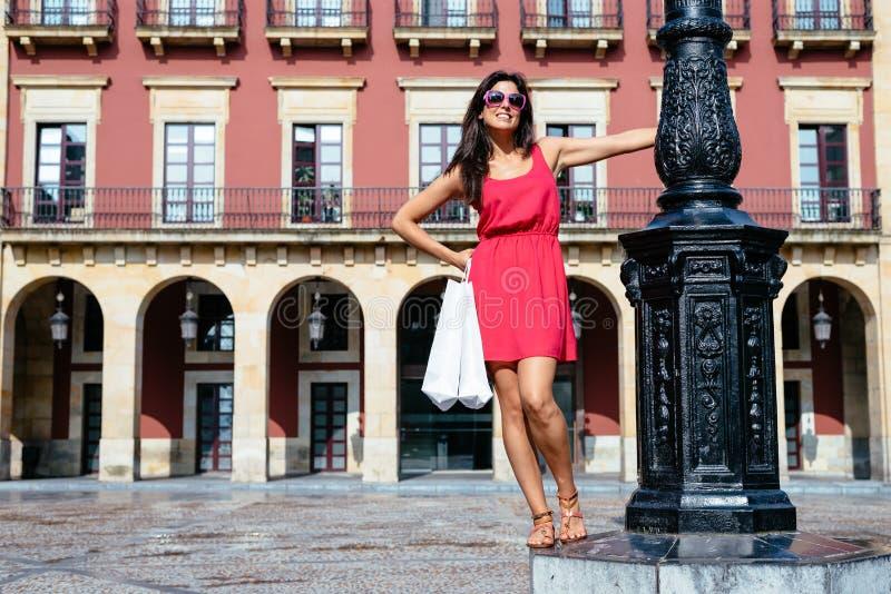 Kvinna som tycker om shoppa lopp till Spanien royaltyfri bild
