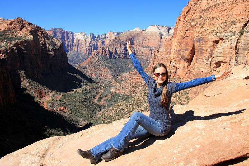 Kvinna som tycker om sikten av en Zion National Park royaltyfria bilder