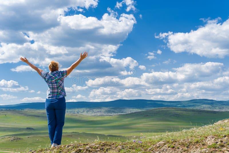 Kvinna som tycker om sikten av naturen royaltyfri foto