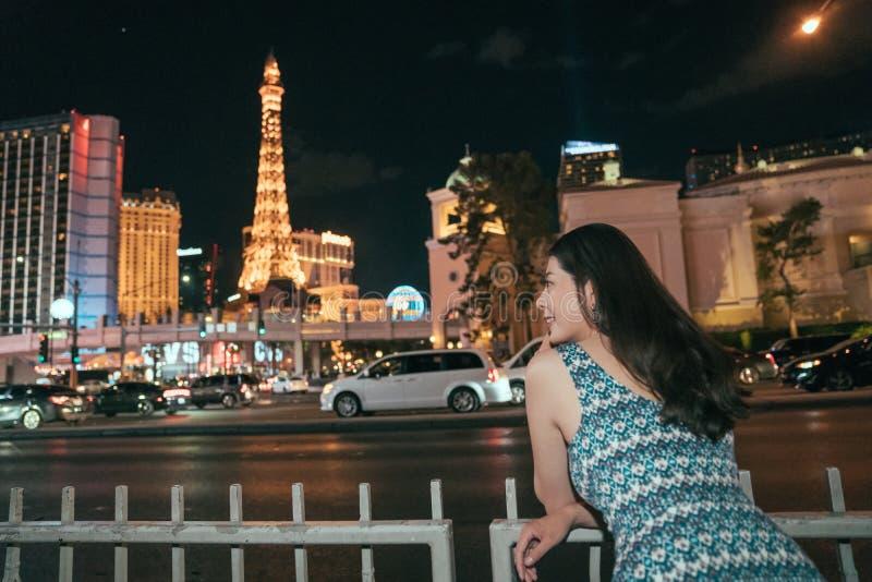 Kvinna som tycker om skönhetofÂennatten Las Vegas fotografering för bildbyråer