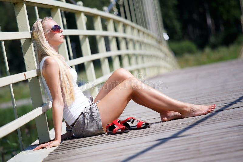 Kvinna som tycker om sommar i staden royaltyfria bilder