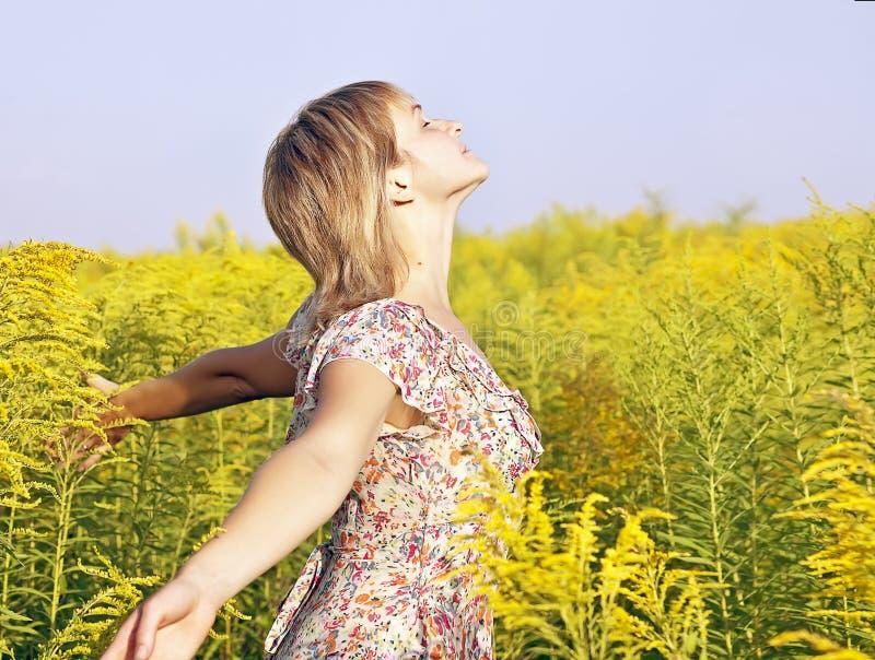 Kvinna som tycker om sunen royaltyfri fotografi