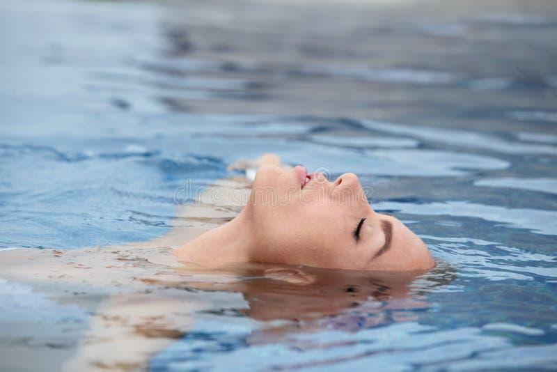 Kvinna som tycker om vatten arkivfoto