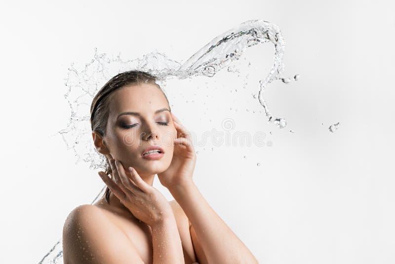 Kvinna som tycker om vattenströmmen hennes stängda eys royaltyfria foton