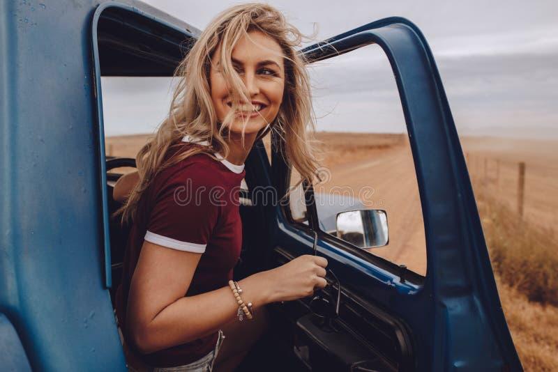 Kvinna som tycker sig om på vägtur royaltyfria foton