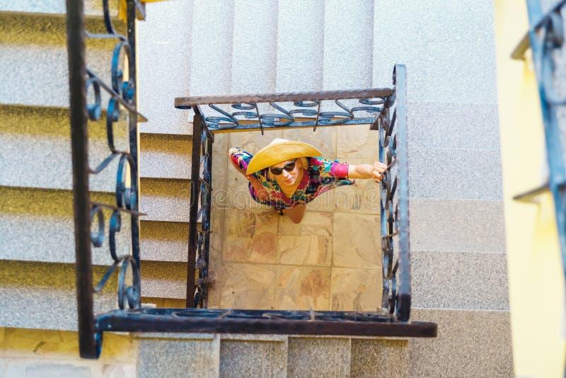 Kvinna som underifrån håller ögonen på trappuppgången för tre berättelse arkivfoton