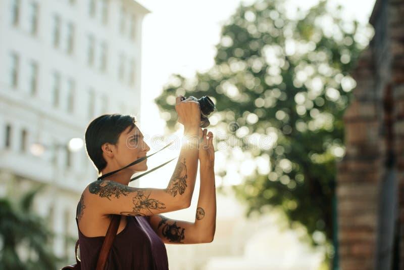 Kvinna som undersöker staden fotografering för bildbyråer