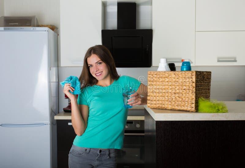 Kvinna som upp gör ren hennes hus royaltyfria foton