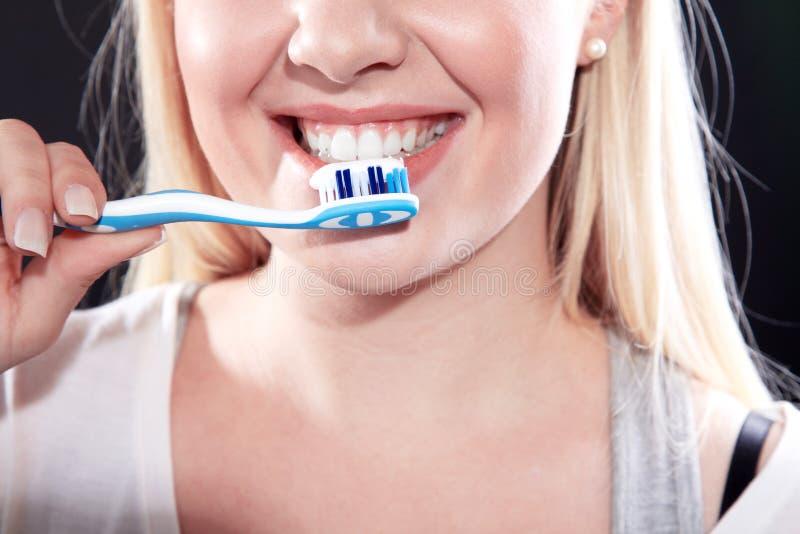 Kvinna som upp klär dina tänder royaltyfria foton