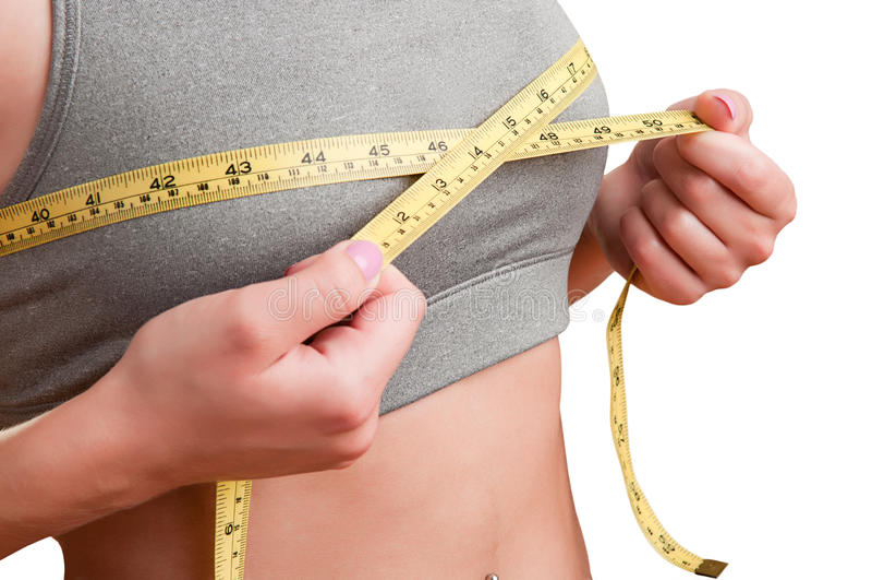 Kvinna som upp mäter hennes bröstkorg arkivbilder