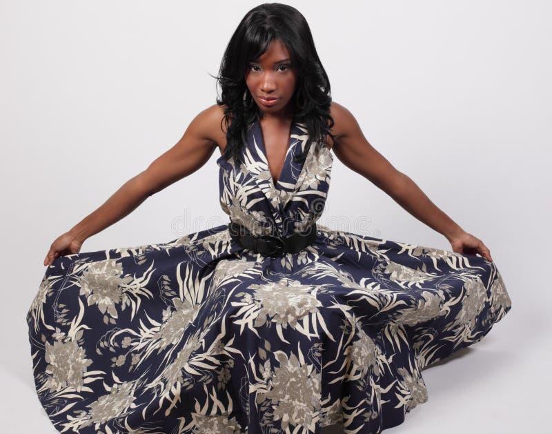 Kvinna som ut fördelar henne klänning arkivbild