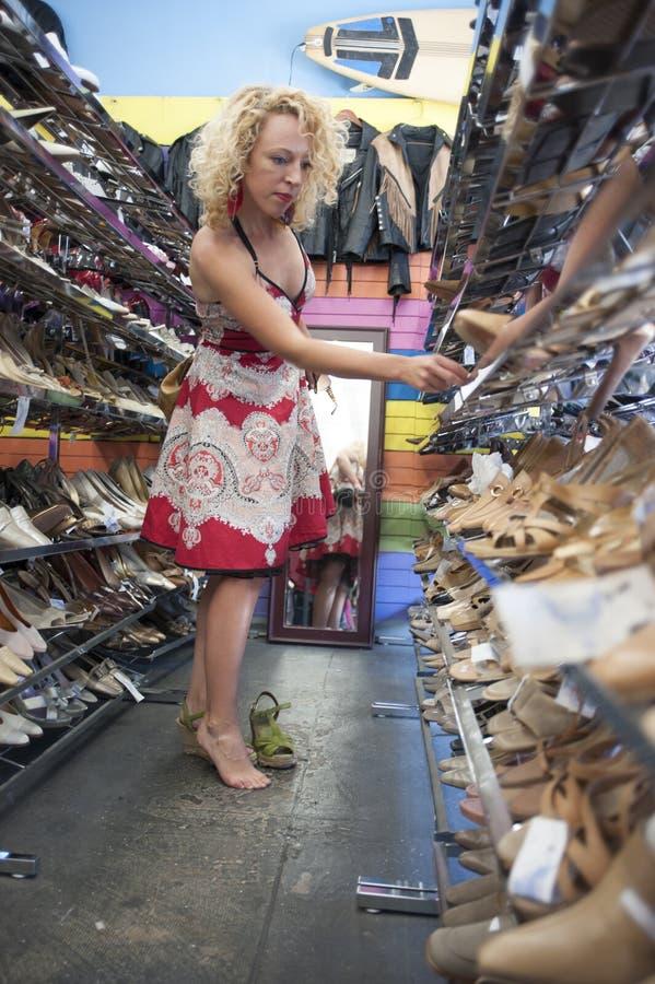 kvinna som ut försöker skor royaltyfria foton