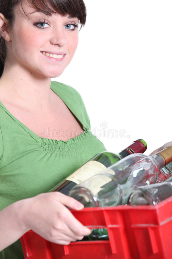 Kvinna som ut tar återvinningen royaltyfria foton