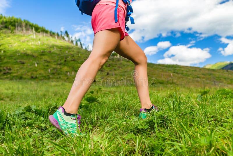 Kvinna som utomhus fotvandrar i berg, kondition och sport royaltyfria bilder
