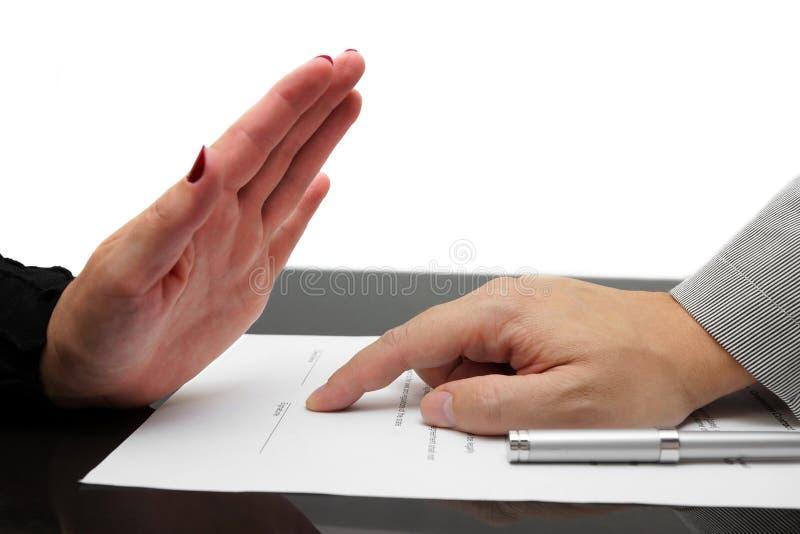 Kvinna som vägrar att underteckna avtalet eller skilsmässa arkivfoto