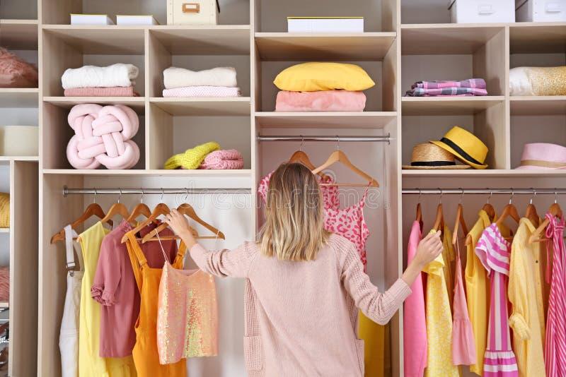 Kvinna som väljer kläder från stort royaltyfria foton