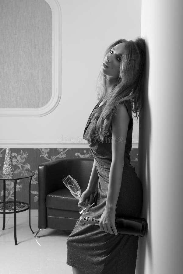 Kvinna som väntar på det eleganta partiBW skottet arkivbilder