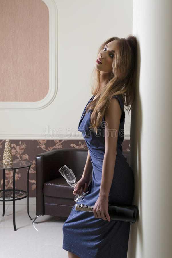 Kvinna som väntar på det eleganta partiet royaltyfri fotografi