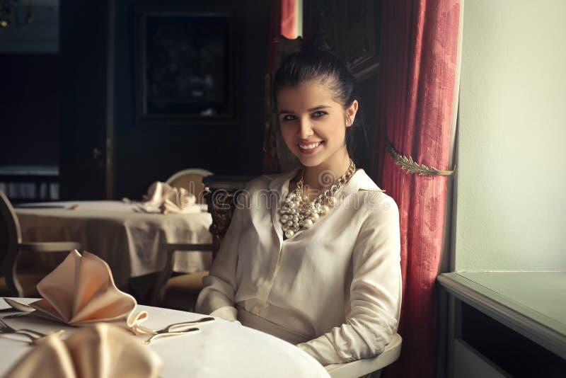 Kvinna som väntar på restaurangen arkivbilder