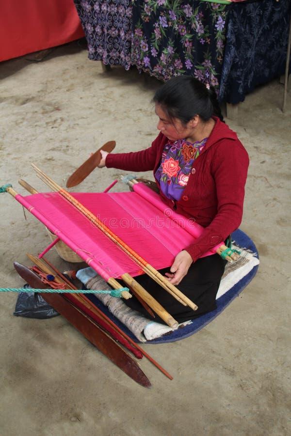 Kvinna som väver i en mexicansk by fotografering för bildbyråer