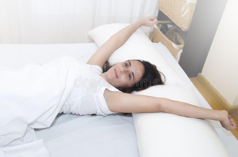 Kvinna som vaknar upp fotografering för bildbyråer