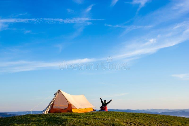 Kvinna som vaknar upp på ett berg fotografering för bildbyråer