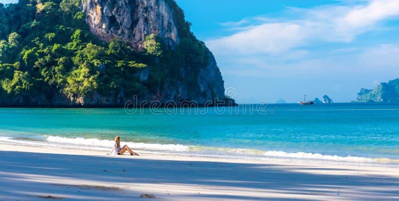 Kvinna som vilar p? den Railay stranden Krabi Thailand askfat royaltyfri bild