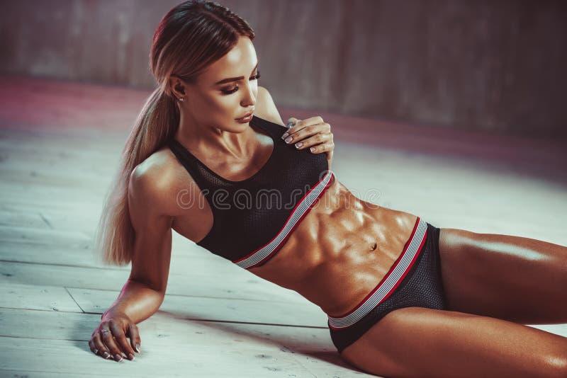 Kvinna som visar buk- muskler royaltyfri foto