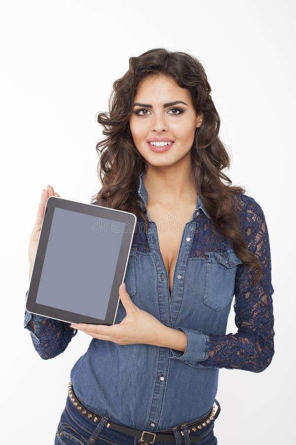 Kvinna som visar den Digital minnestavlan arkivfoto