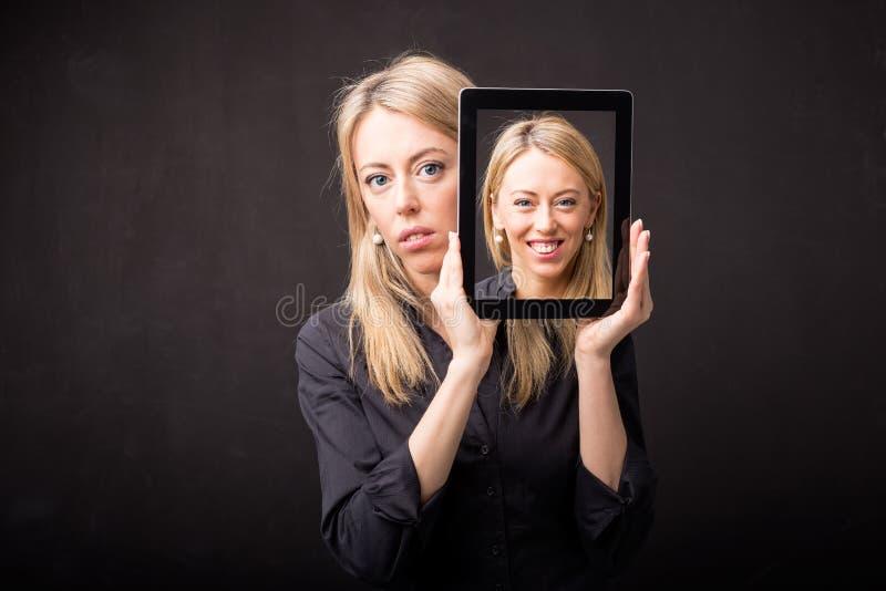 Kvinna som visar den lyckliga ståenden på minnestavlan arkivbild