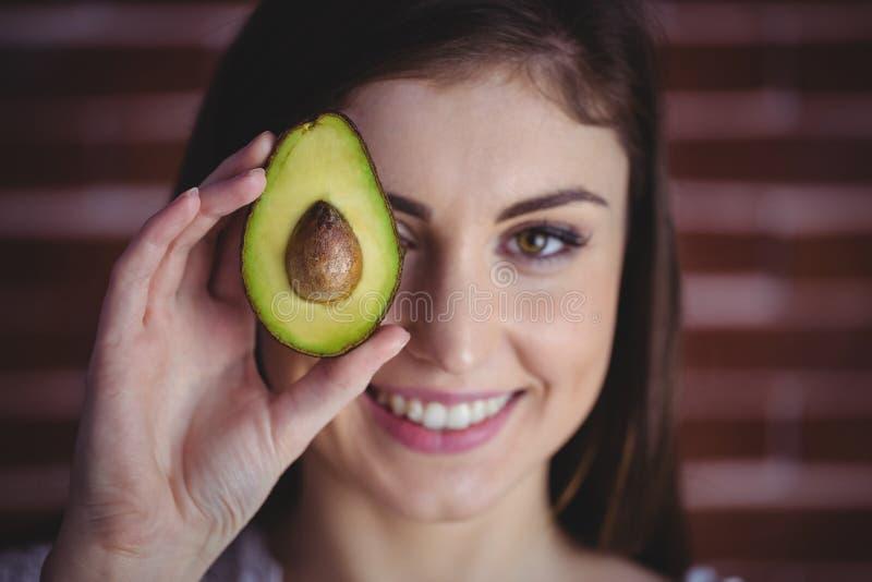 Kvinna som visar den nya avokadot arkivbild
