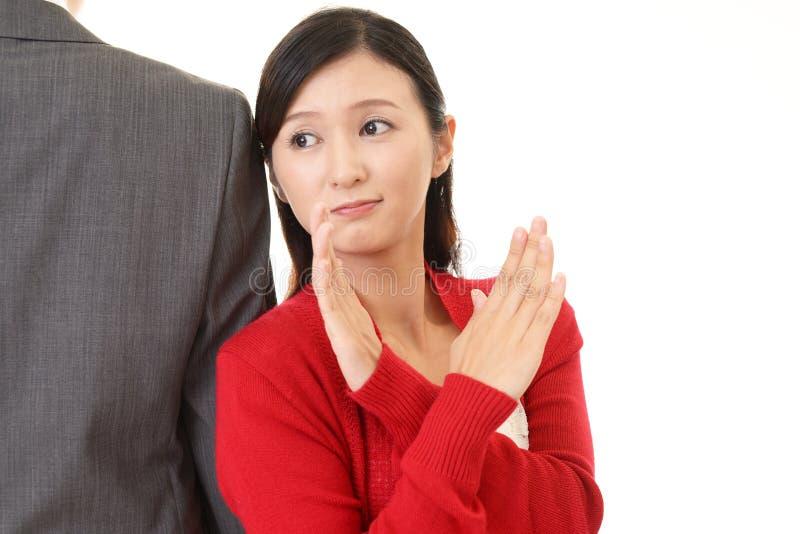 Kvinna som visar förbjuda gest arkivbild