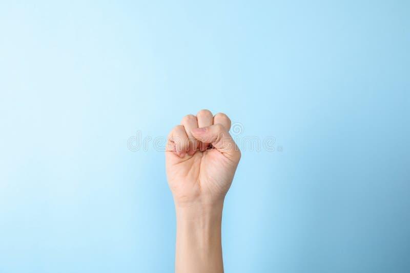 Kvinna som visar s-bokstaven på färgbakgrund, closeup arkivfoton
