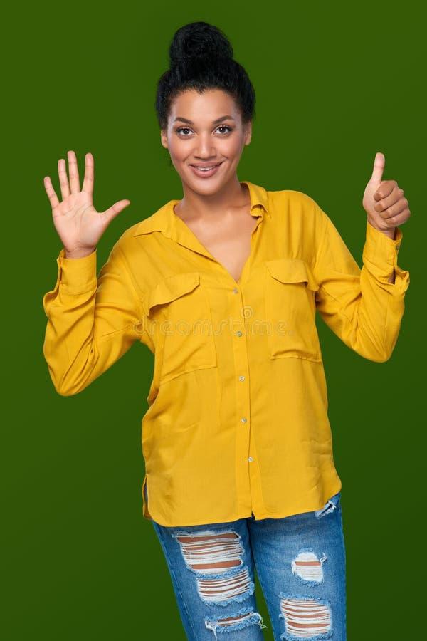 Kvinna som visar sex fingrar royaltyfria foton