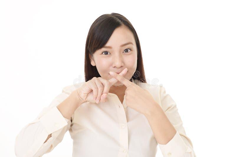 Kvinna till avsikten av förbudet arkivfoton