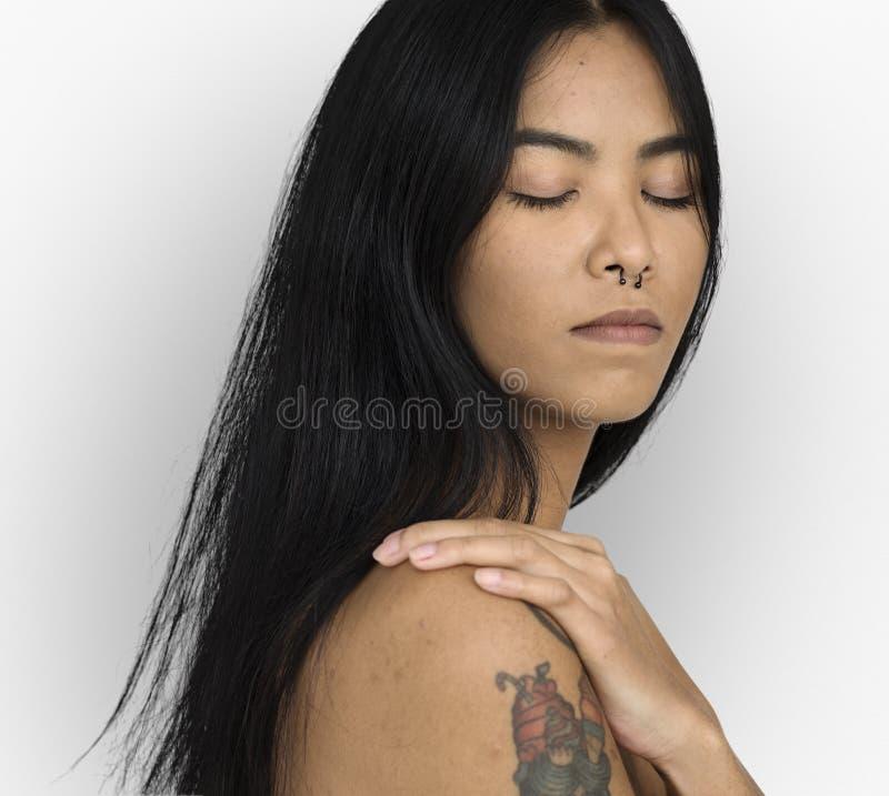 Kvinna trängd igenom näsa fridsamma Ring Bare Chest Arts Calm royaltyfri bild