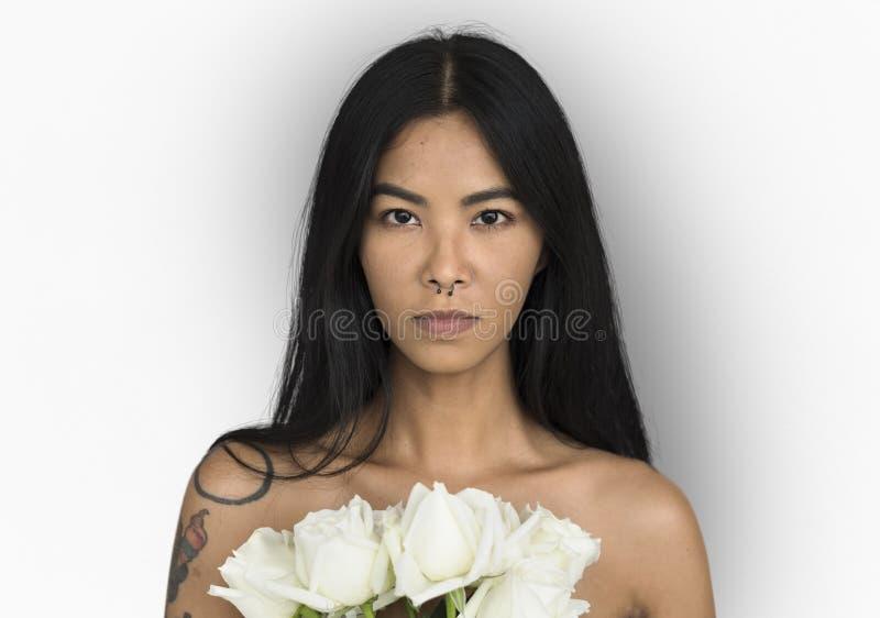 Kvinna trängd igenom näsRing Bare Chest Arts Flower bukett royaltyfri fotografi