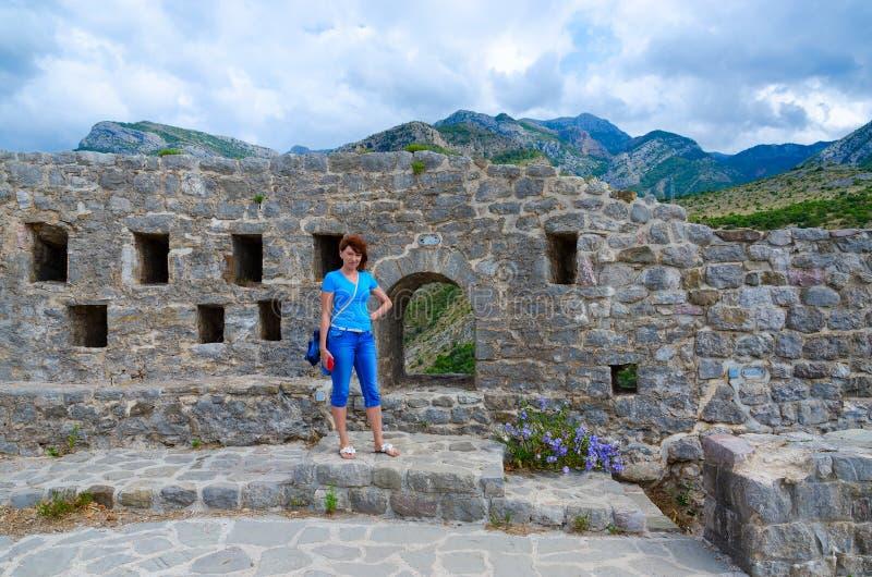 Kvinna-turist på fästningväggar av citadellen i den gamla stången, Montenegro royaltyfria foton