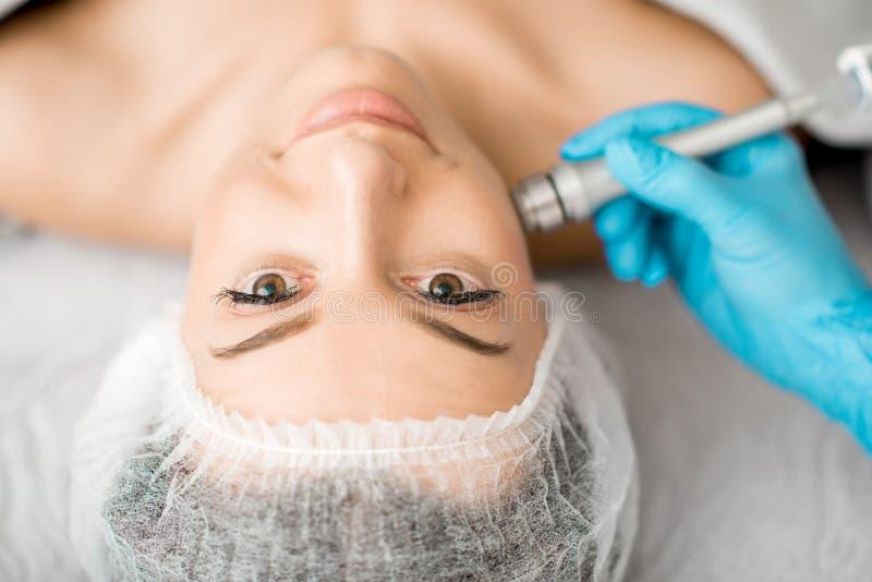 Kvinna under det ansikts- behandlingtillvägagångssättet fotografering för bildbyråer
