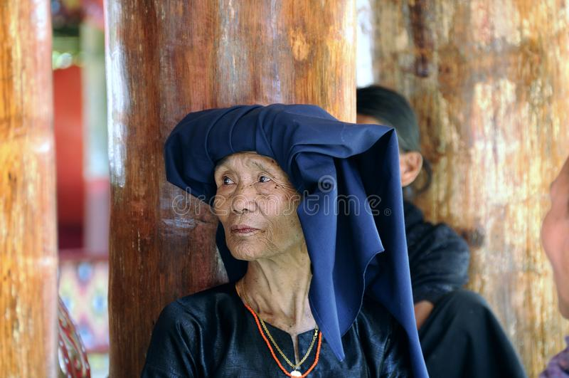 Kvinna under en begravning i Tana Toraja royaltyfri bild