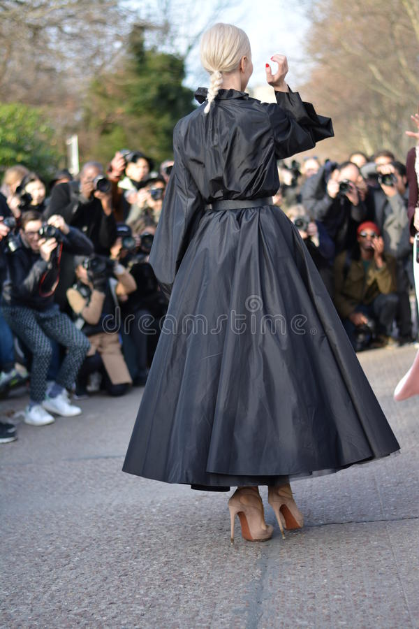 Kvinna under haute couture i Paris arkivfoto