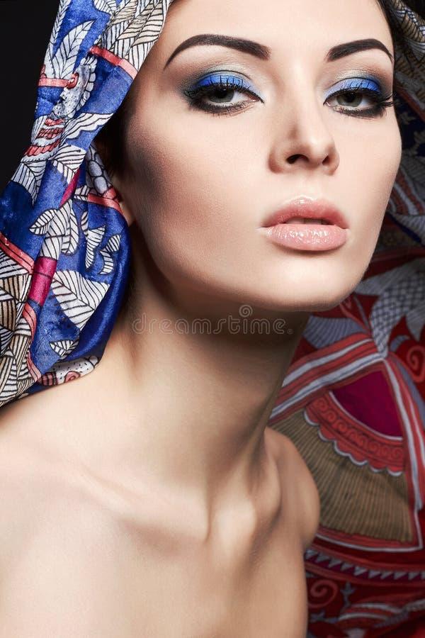 Kvinna under huven Flicka med färgrikt smink arkivfoton