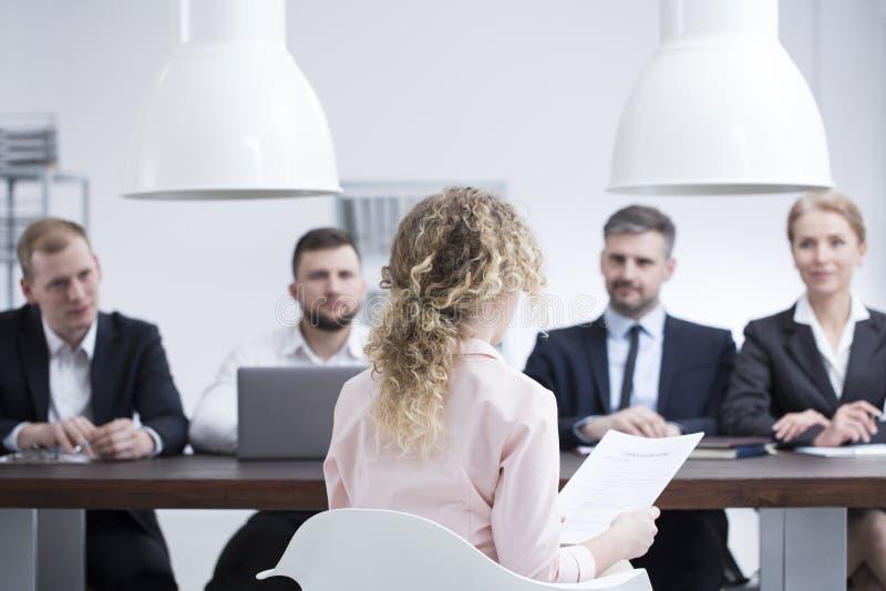 Kvinna under jobbintervju arkivfoton